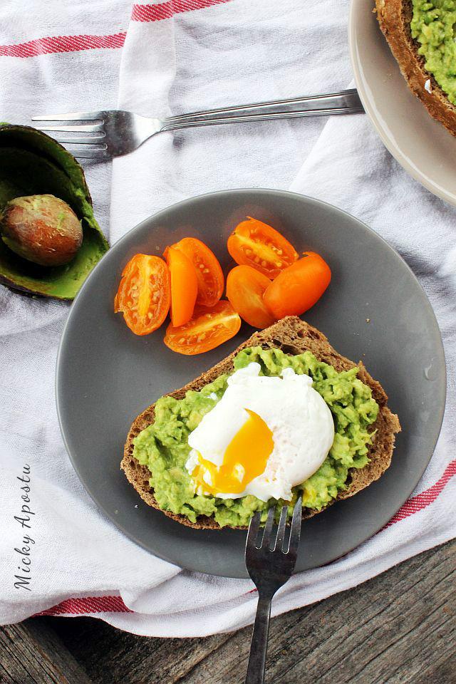 Toast cu avocado si ou posat