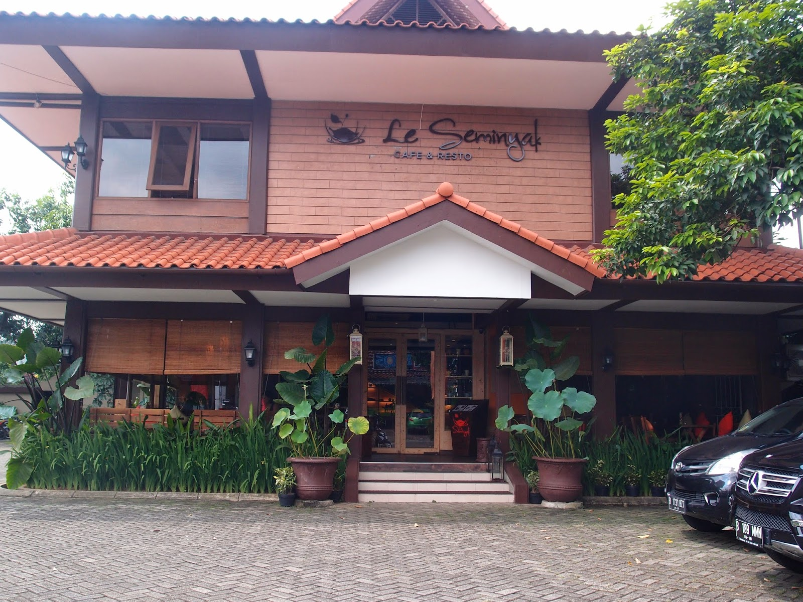 Seminyak is a Balinese restaurant located on Jalan Cipete Raya, not far from Tapas Movida. The place is clean, big and comfortable, with a big parking.