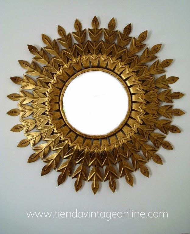 Espejos sol vintage. Espejos de pared antiguos de metal dorados con pan de oro.