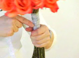 Cách bó hoa hồng 07