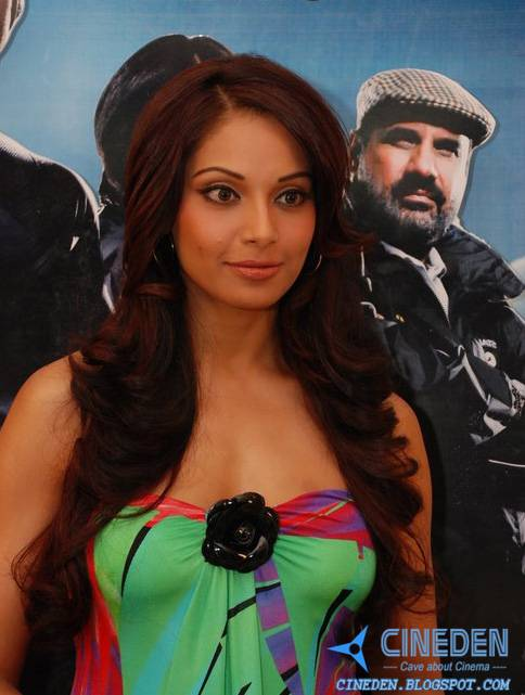 Single Bipasha Basu enjoys male attention
