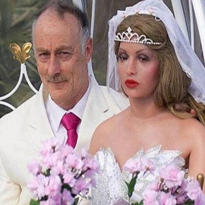 Inglês desiste de mulheres e se casa com boneca