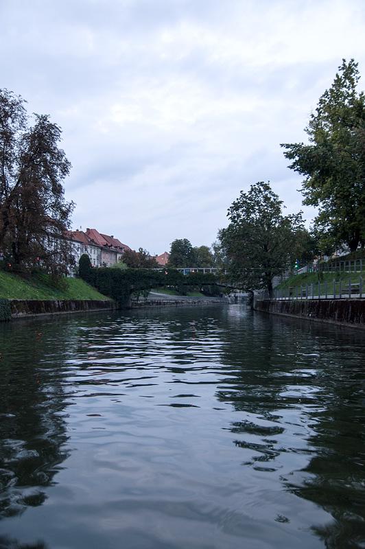 Ljubljana iz rečnega korita Šentjakobski most full