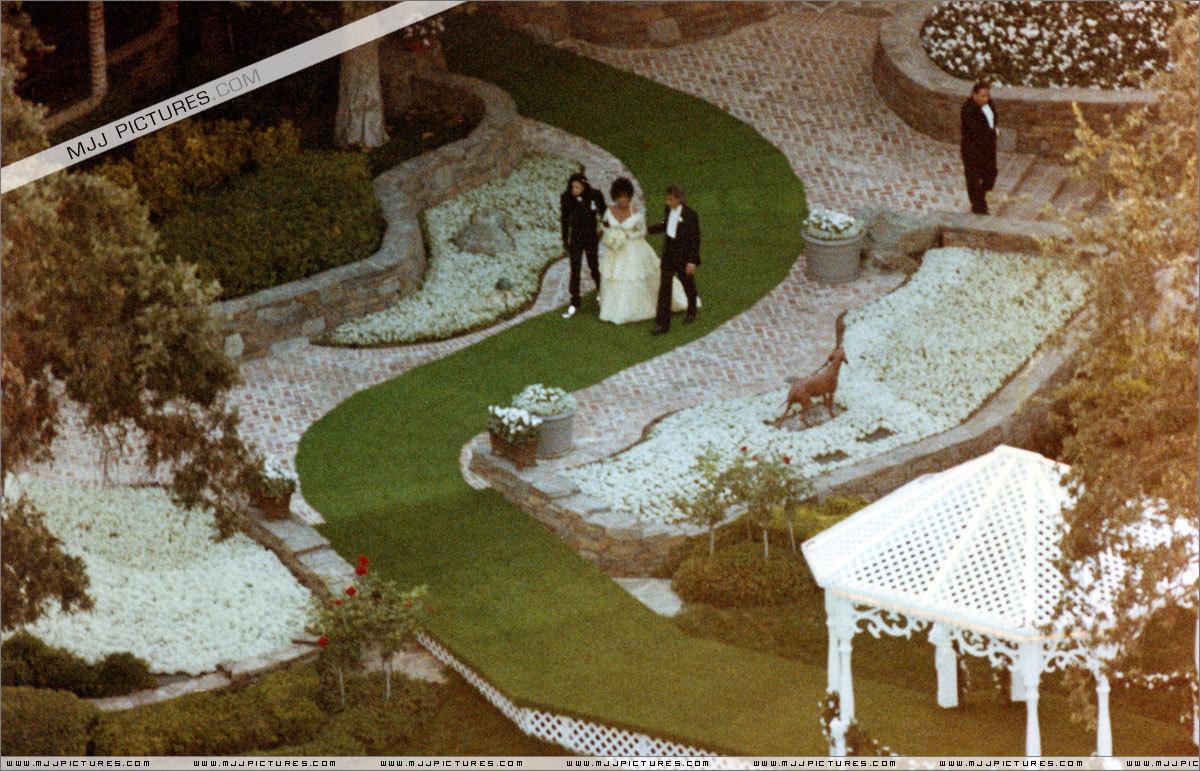 http://4.bp.blogspot.com/-Lu9xSHw2368/UAjg_sERVPI/AAAAAAAAWtg/Kvtca9BNar4/s1600/elizabeth-s-wedding-day-in-NEVERLAND-ranch-queen_gina-michael-jackson-20777968-1200-771.jpg