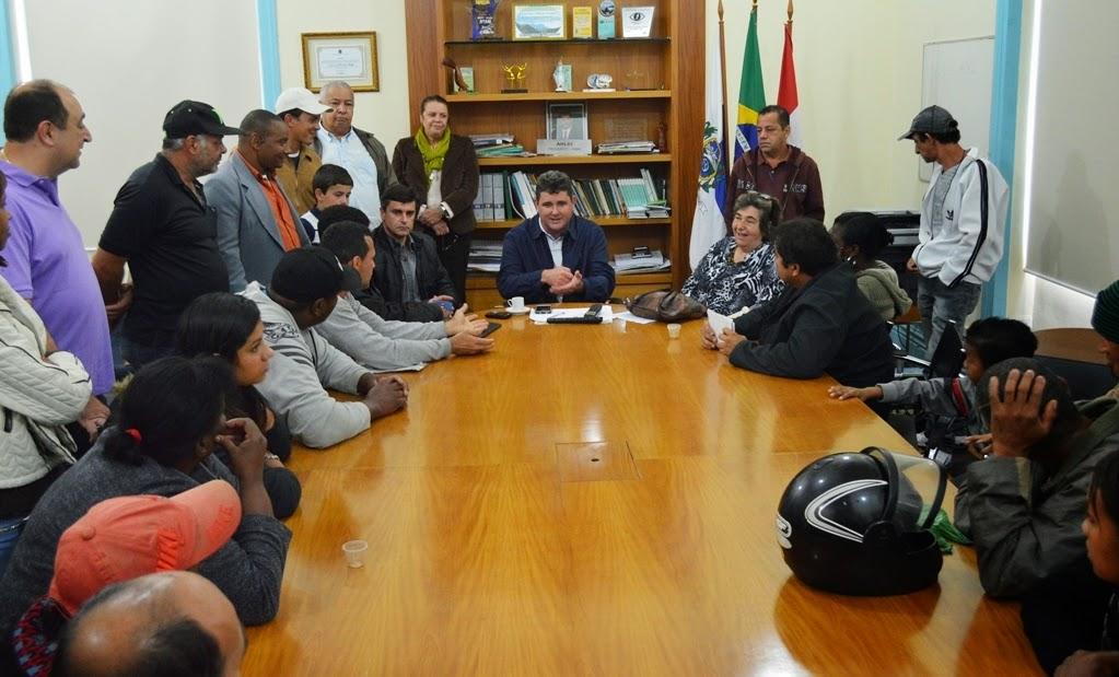 Prefeito Arlei com os moradores do conjunto habitacional da Fonte Santa: interlocução junto ao Governo do Estado na busca de solução