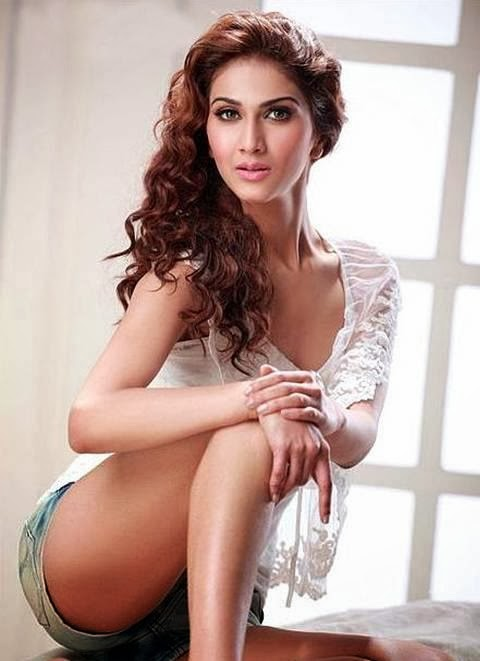 Vaani Kapoor hot nude thighs exposed in shorts