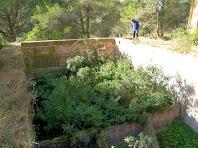 Recinte subterrani de grans dimensions, corresponen al dipòsit de rentat, que està comunicat amb d'altres de més petits situats en el nivell superior