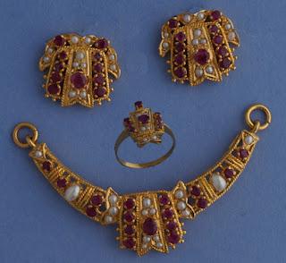 http://www.miranijewelers.com/pendants.htm