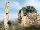 Restes de l'antiga masia d'Ocata amb els Rasos de Peguera al fons