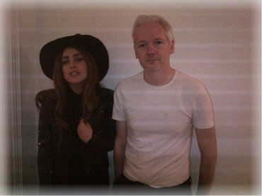 Lady Gaga junto al fundador WikiLeaks Julian Assange - CANTANTE FAMOSA