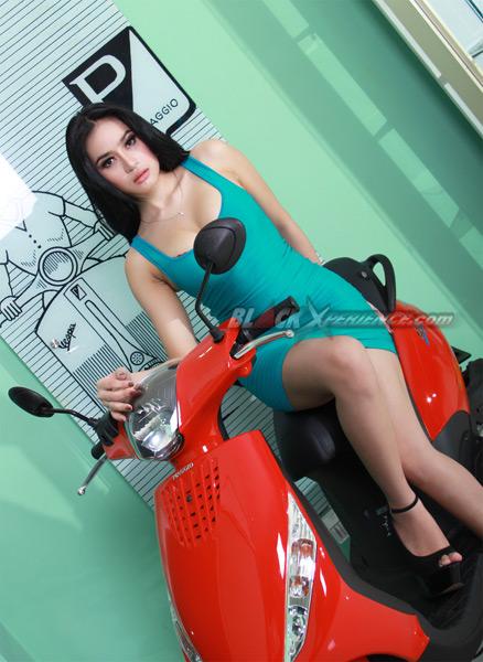 Foto Angel Aqilla Model BlackXperience Ngangkang di Atas Motor