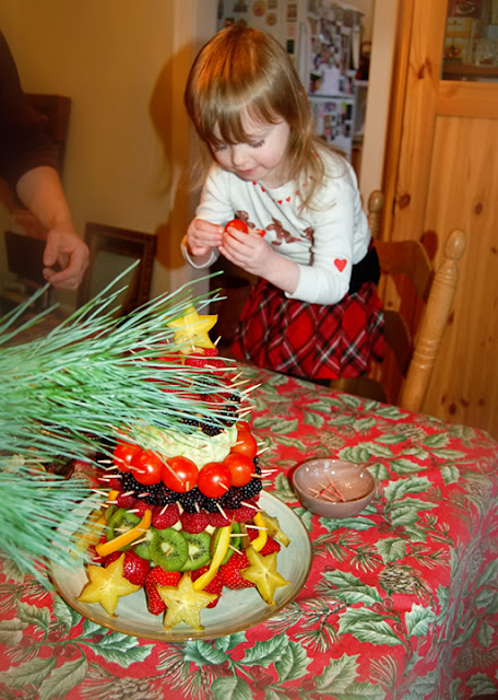 Vegetarian Christmas Centerpiece : The queen s table holiday party edible fruit christmas tree