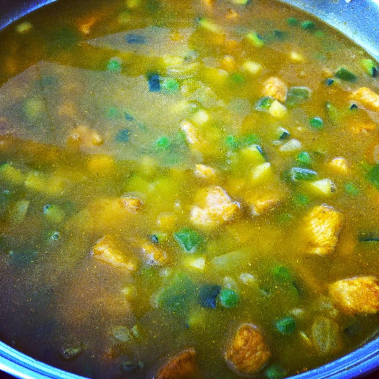 Arroz con pollo y verduras al curry, añadiendo el agua.