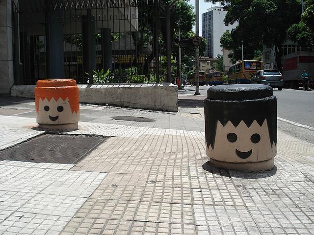 Street Art: fradinhos pintados de Playmobil no Rio de Janeiro