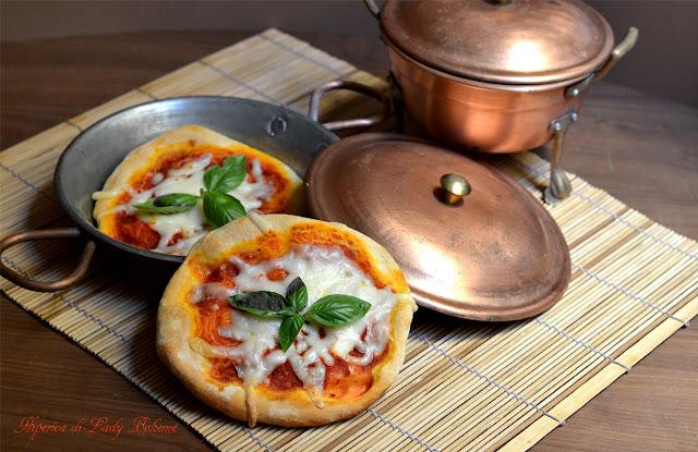 hiperica_lady_boheme_blog_di_cucina_ricette_gustose_facili_veloci_pizzette_di_kamut_al_pomodoro_e_mozzarella