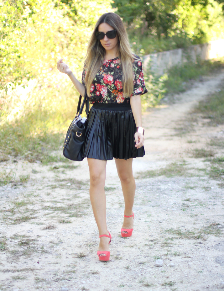 Fashion blogger Mónica Sors wearing leather like skirt