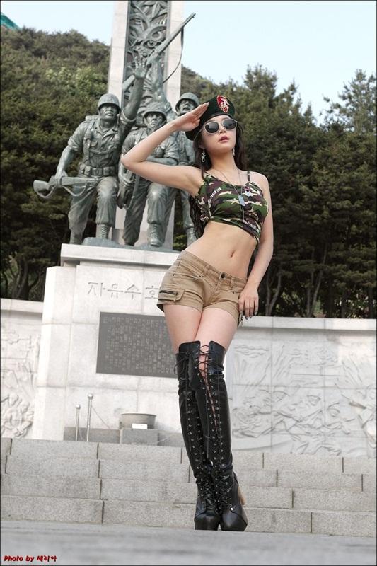 Lee Eun Seo in short jeans