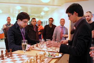 Maxime Vachier-Lagrave joue une partie amicale contre Anish Giri © Susan Polgar