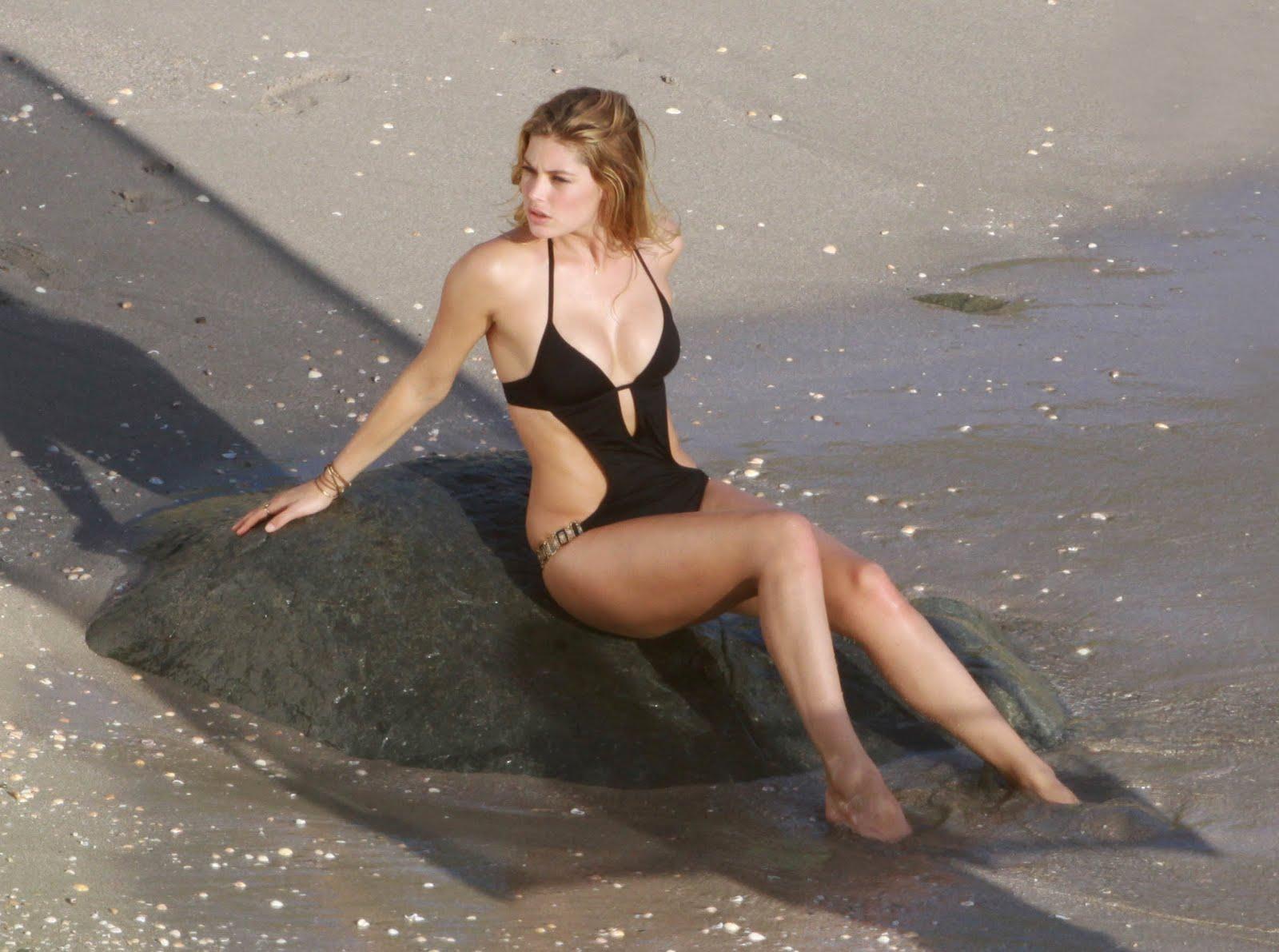 http://4.bp.blogspot.com/-Lx8oqQqGpVQ/TnameclCzdI/AAAAAAAAA_g/U20NOAAHDNY/s1600/Doutzen+Kroes+bikini+%25289%2529.jpg