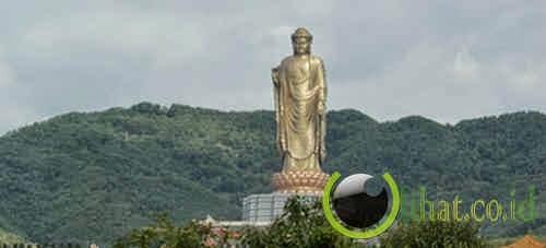 Patung Budha di Kuil Musim Semi di China