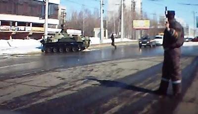 Video Lucu Tank Tabrak Tiang Listrik