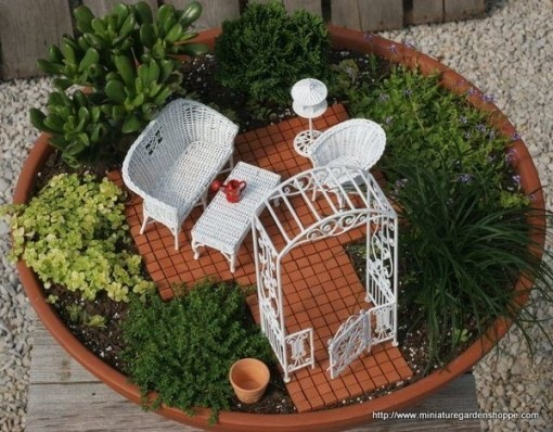 enfeites japoneses para jardim:Os móveis em vime branco deu um requinte ao jardim