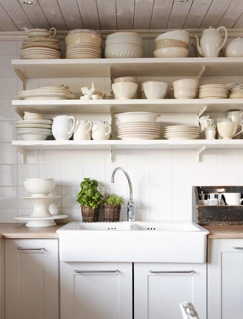 Faktum Küche mit altem Geschirr