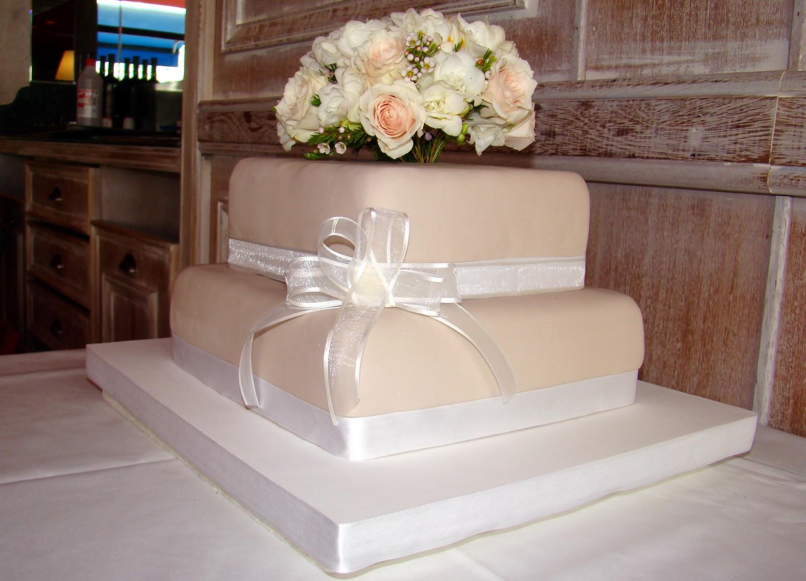 Yani Tortas: Torta de Casamiento con Flores Naturales