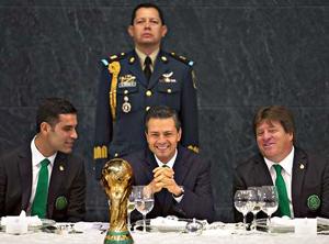 Rafael Márquez y Miguel Herrera en la Residencia oficial de Los Pinos junto con el presidente de México Enrique Peña Nieto | Ximinia