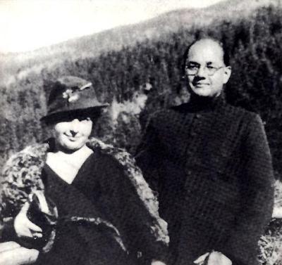 सुभाष का उनकी पत्नी के साथ दुर्लभ चित्र