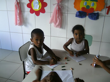 As Crianças felizes produzindo a sua Arte