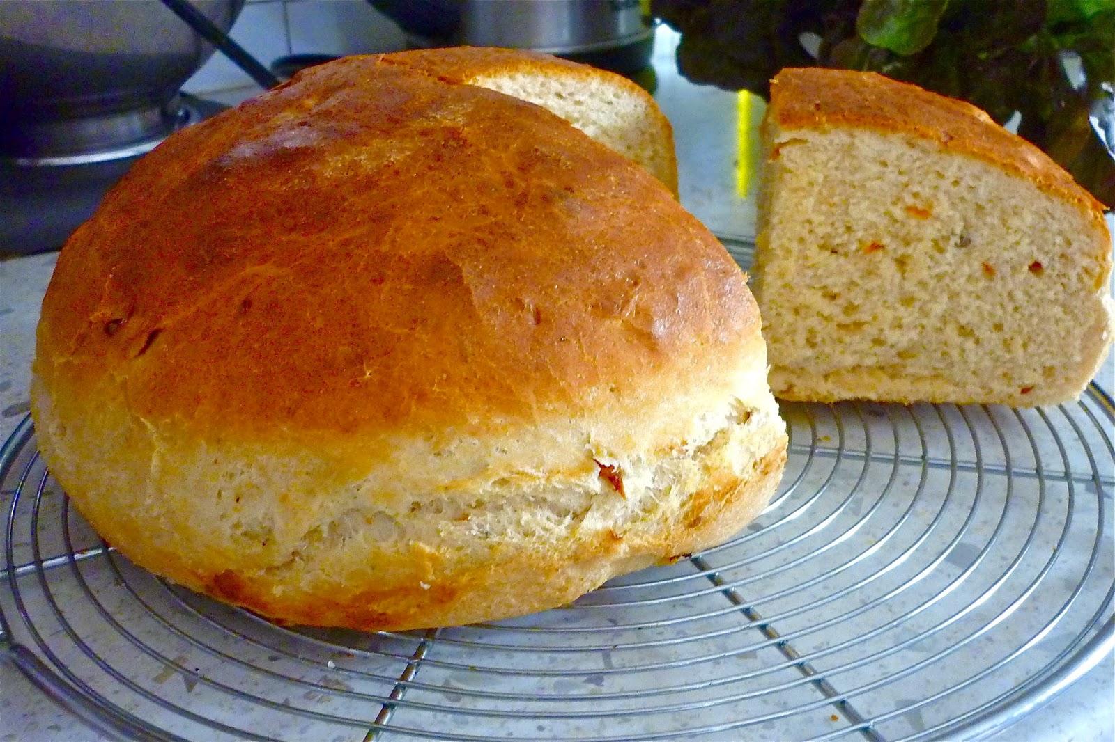 Хлеб с сушёными помидорами и пармезаном