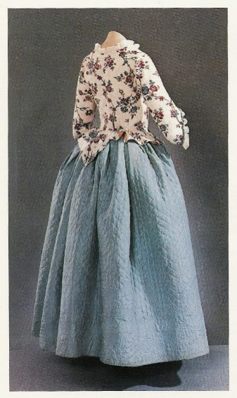 Главными деталями женской одежды, перенятой с запада в 18 век
