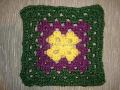 Granny estilo cuadradito de la abuela en verde, morado y amarillo