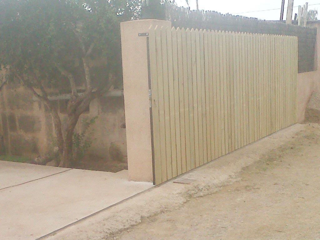 Puertas correderas de hierro revestidas de madera para - Puertas correderas hierro ...
