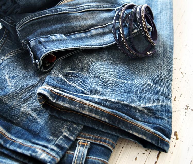 Blog & Fotografie by it's me! - Blue Jeans und blaues Glitzerarmband auf einem Shabby Tisch