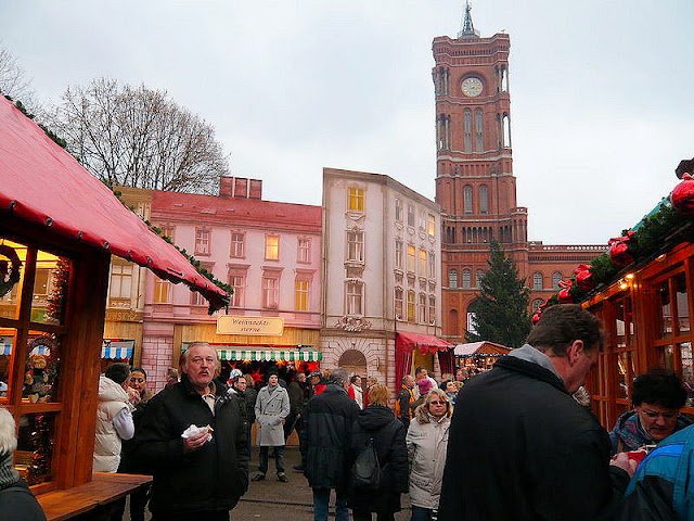 The Berlin Christmas market at the Red Town Hall or Berliner Weihnachtsmarkt am Roten Rathaus. Photo: WikiMedia.org.