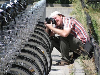 Корреспондент у велосипедной парковки