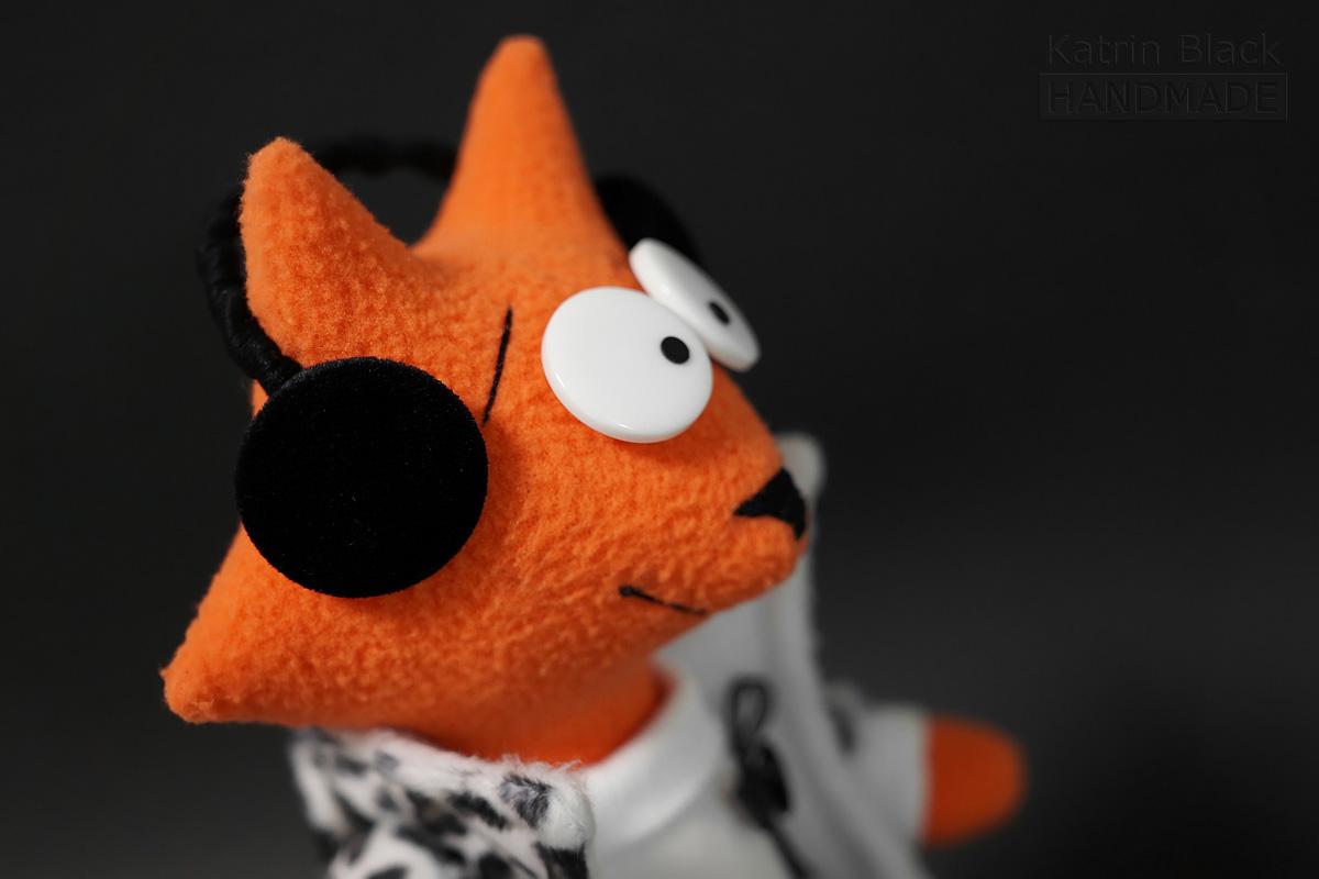 Интерьерная игрушка из флиса - лиса в наушниках.