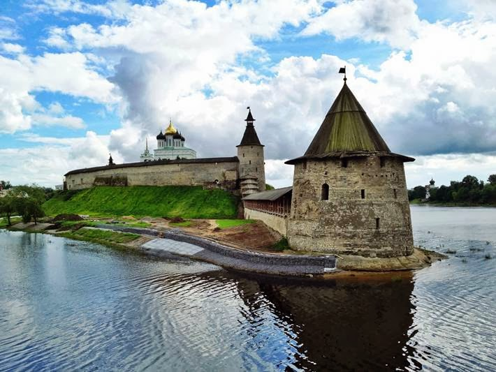 Pskov Krom - the largest fortress in Europe. The length of the walls - 9 kilometers, the area - 3 acres. Krom is located on a narrow promontory at the confluence of the River Great Pskov.