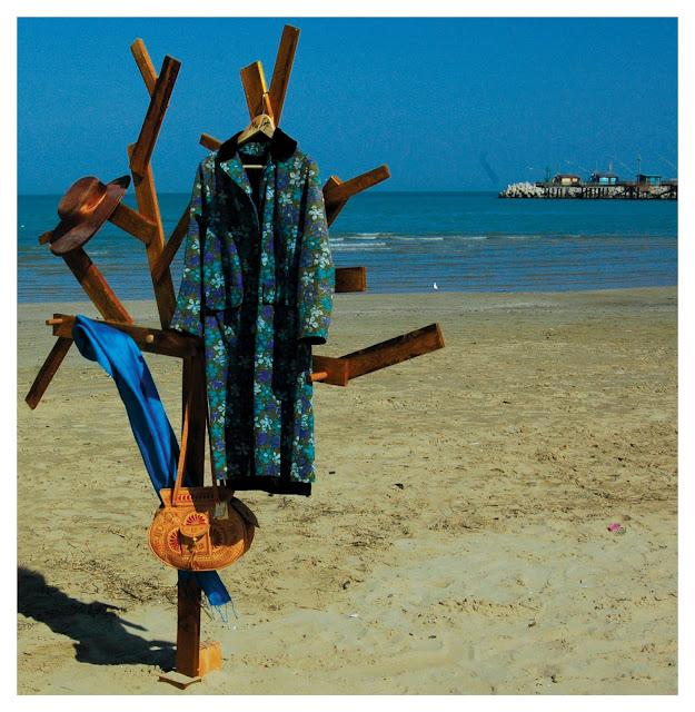 appendiabiti realizzato con legni di scarto di bancali e assemblati per dar forma ad una sagoma di albero