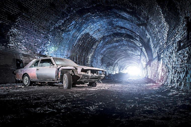 Des voitures anciennes dans les souterrains de Liverpool