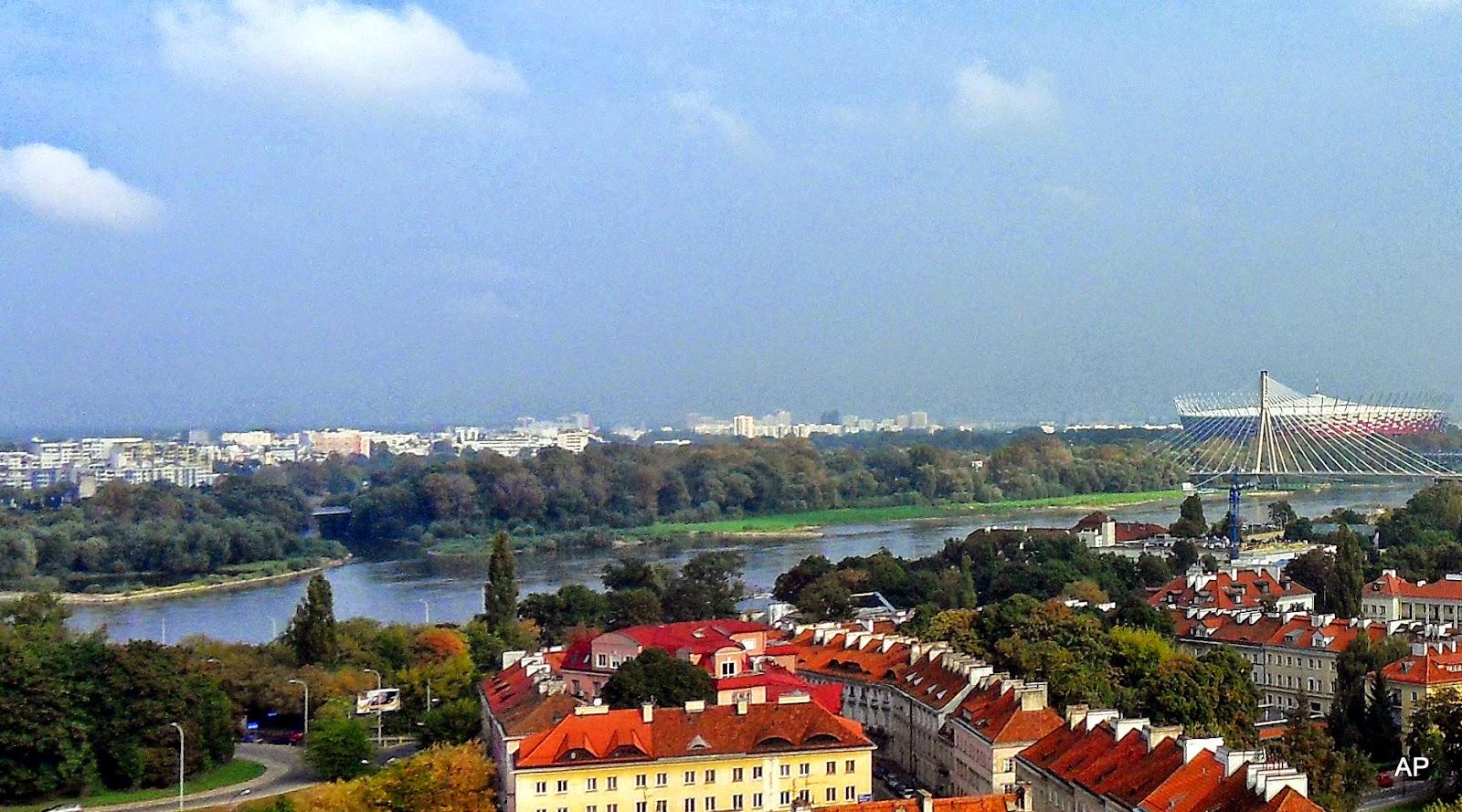 Blick auf die Prager Stadtteile und die Nationalstadion auf der anderen Seite des Flusses