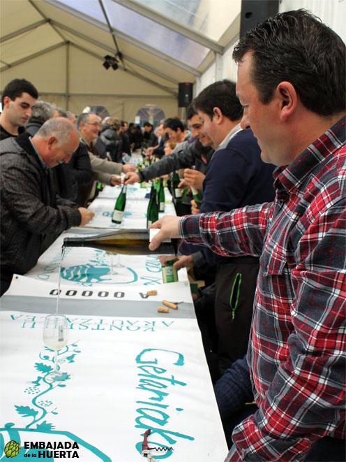 Sirviendo txakolí en la presentación de la cosecha 2012 de la Denominación de Origen Txakolí de Getaria - Getariako Txakolina