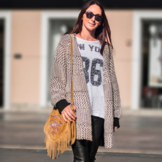 Stilistica Jasna Cindrić, stajling s Nike tenisicama. Stylist wearing Nike Air Max sneakers in daily outfit with fringe bag