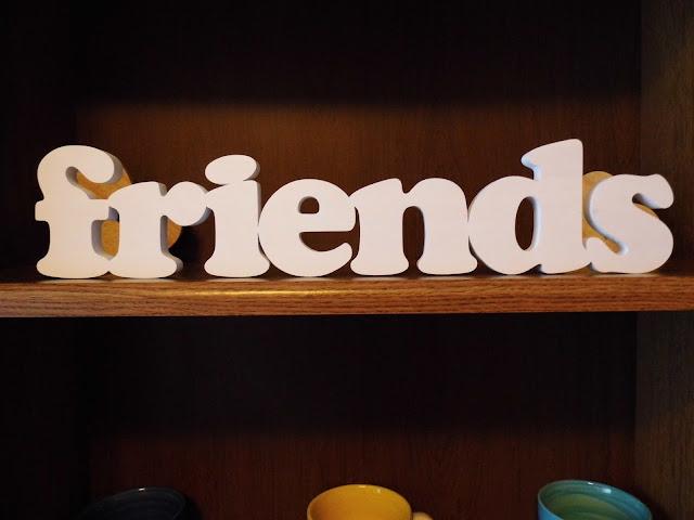 drewno-napis-friends.jpg