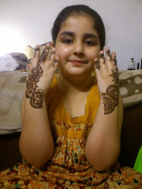 Cantiknya anak perempuan ini pakai henna di tangannya