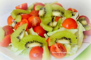 Весенний салат с киви и помидорами