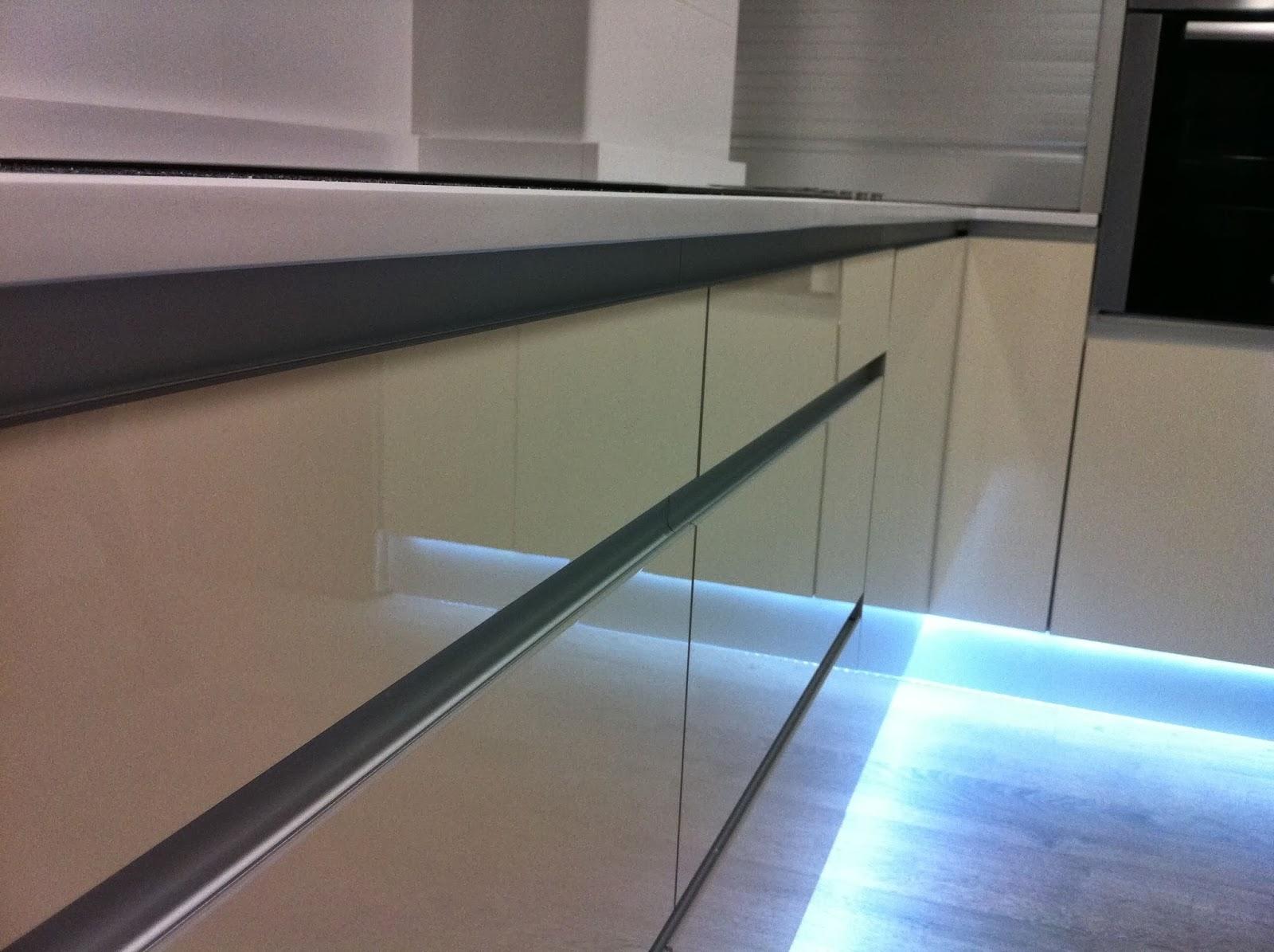 Iluminaci n led en la cocina for M s mobiliario auxiliar para tu cocina s l