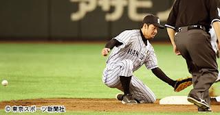 梅野からの送球を後逸し盗塁を許す鳥谷。今季は守備での不安定さが目立つ